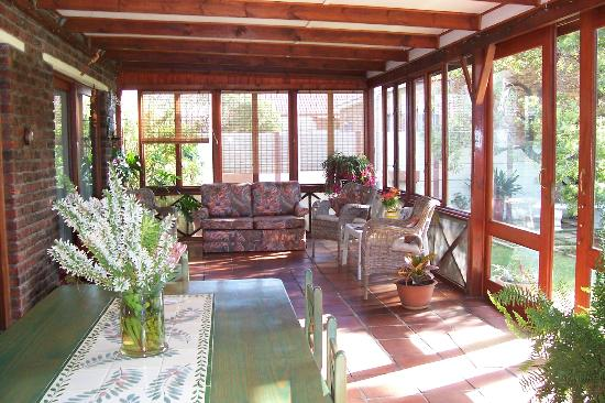 Pine Tree Cottage B & B: Enclosed veranda where breakfast is served