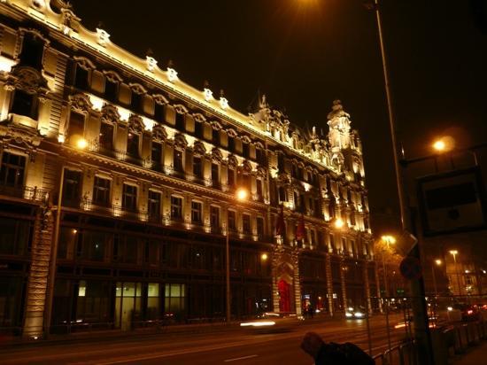 Buddha-Bar Hotel Budapest Klotild Palace: вид на отель вечером