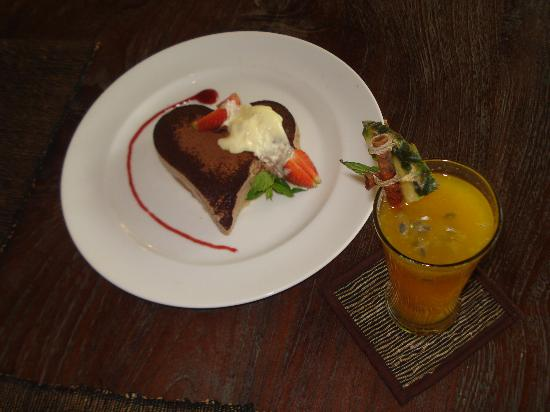 Kayumanis Ubud Private Villa & Spa: Our yummy Honeymoon Cake and welcome drink..