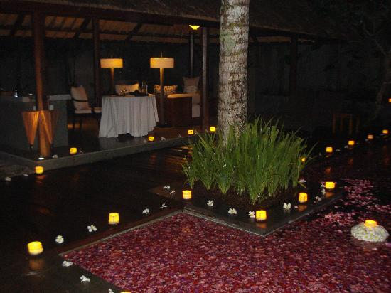 Kayumanis Ubud Private Villa & Spa: Perfect Candle light dinner with perfect decoration...