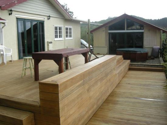 Raglan Farmstay: The Deck.