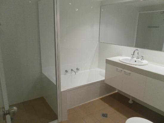 Pacific Towers Beach Resort: Bathroom 2