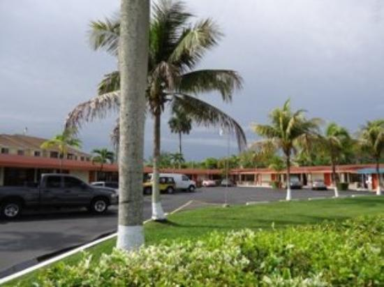 Deluxe Inn Motel: Exterior