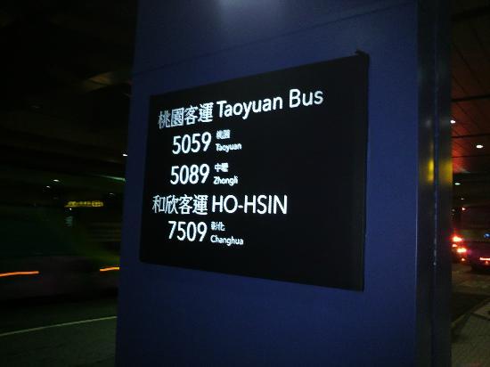 Hotel Kuva Chateau: 桃園機場のバス停。