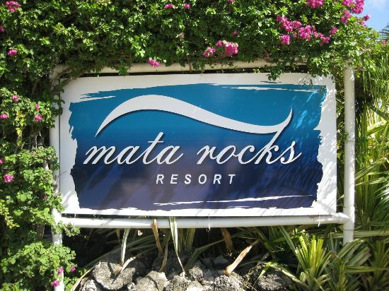 Mata Rocks Resort: the hotel sign on the street