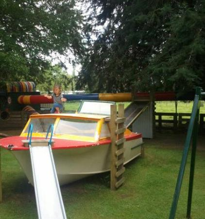 Rotorua Hideaway Lodge: Nephew at the playground, fun