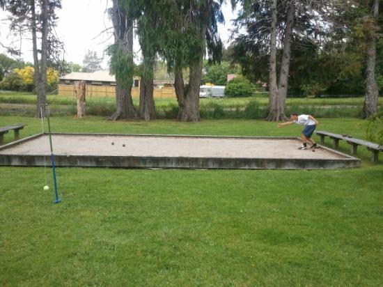 Rotorua Hideaway Lodge: Neph playing bowls