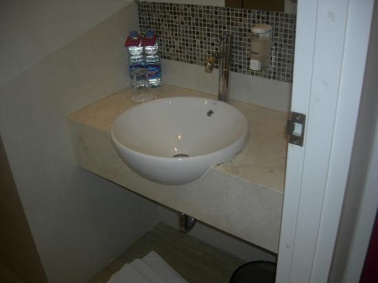 Wastafel toilet picture of favehotel wahid hasyim jakarta tripadvisor - Toilet wastafel ...