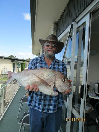 Cook's Lookout Motel: on balcony with the catch of the day