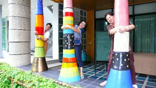 Cera Resort Chaam : หลากสีสันกับเสาเซรามิก