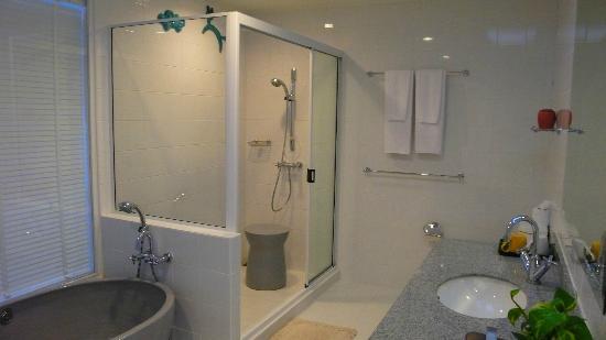 Cera Resort Chaam: ห้องน้ำกว้างและสะอาด