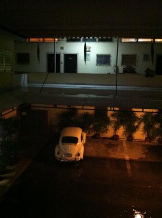 The Rajata: innenhof mit parkplätzen für gäste