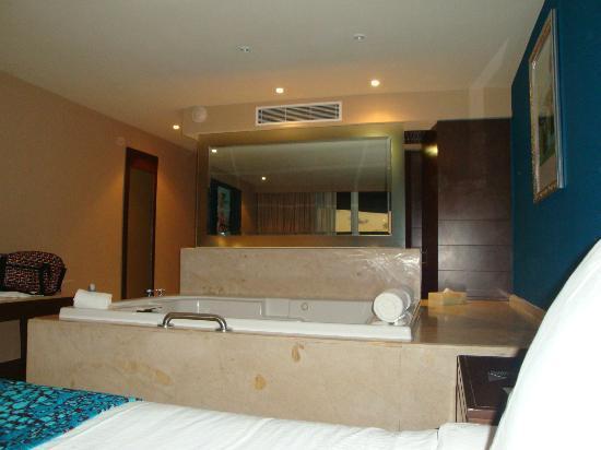 Hard Rock Hotel Cancun: Vista desde la cama. Jacuzzi pegado a la cama y detrás de ese espejo, los lavabos. CERO intimida
