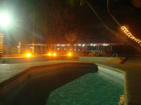 Lingayen, Filipinas: The pool at night, as seen from our balcony