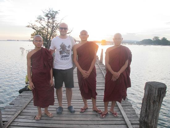 U Bein-broen: Me with monks.