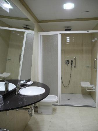 Hotel Avenida: Baño habitacion minusvalidos