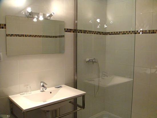 Hotel du Val de Saone: Bathroom
