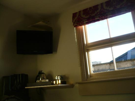 Harington's City Hotel: TV & Window