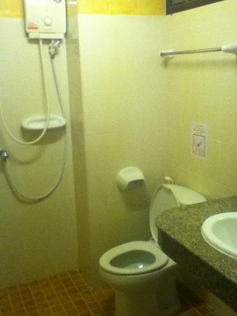 رامبوتري فيليدج إن آند بلازا: Petite salle de bain 