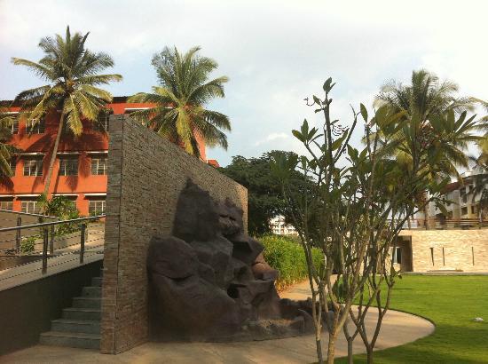 Moevenpick Hotel & Spa Bangalore: hotel's courtyard