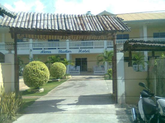 Alona Studios Hotel: entrance to the hotel (bldg2)