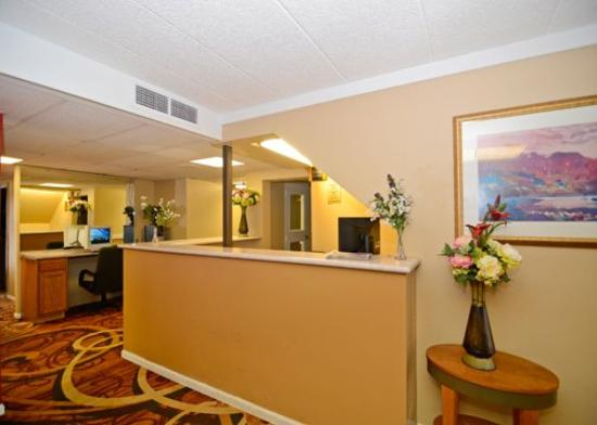 Riverside Suites Mankato: Front desk