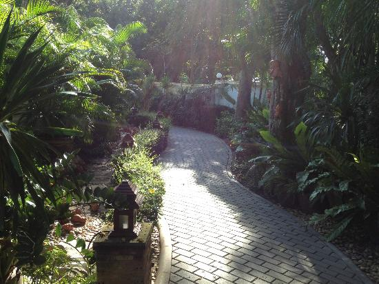 Baan Laksasubha Resort: Garden path to restaurant, pool and beach