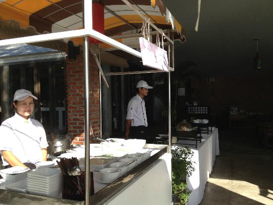 Baan Laksasubha Resort: Noodle and Egg stations