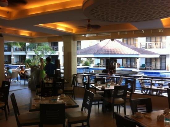 Henann Lagoon Resort: 池畔餐廳