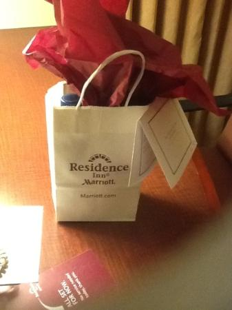 Residence Inn Ontario Airport: Goodies left with a nice note. Great!