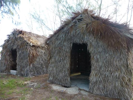 North Caicos: Tiki huts on Bambarra beach
