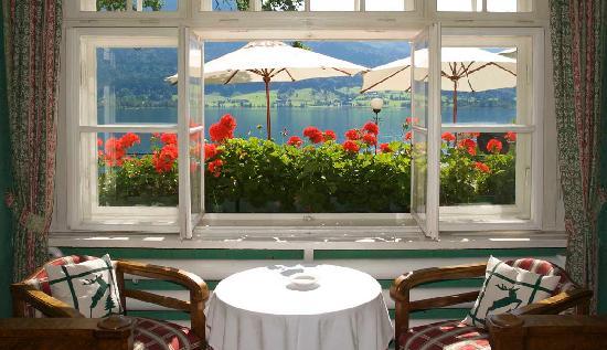 Landhaus zu Appesbach: Fenstertisch Klaviersalon