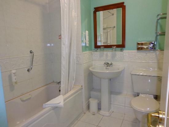 Maldron Hotel Pearse Street: very warm in the bathroom