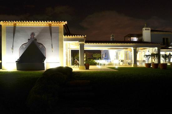 Quinta dos Bons Cheiros Country Design B&B: Quinta dos Bons Cheiros by night