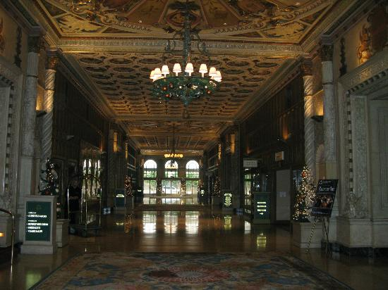 Millennium Biltmore Los Angeles: Long corridor