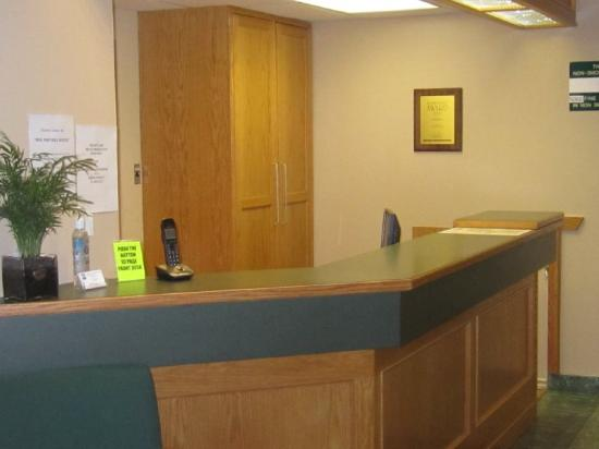 Okotoks Country Inn: Front Desk