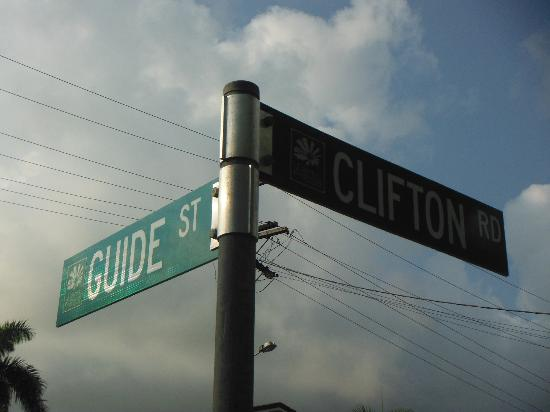 Clifton Sands Holiday Apartments: Located at the corner of Clifton and Guide St.