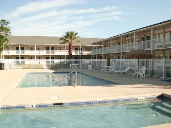 Super 8 Biloxi: piscines entourées des chambres