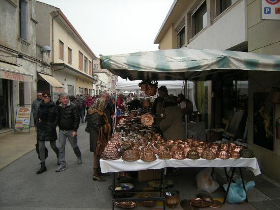 Bancarelle con merce foto di mercatini dell for Mercatini antiquariato verona
