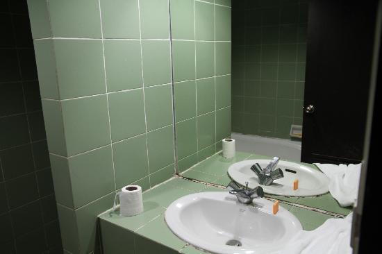Splendid Resort at Jomtien: dirty old tiles