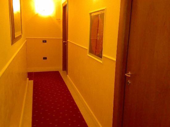 Cris Hotel: corridoio al primo piano