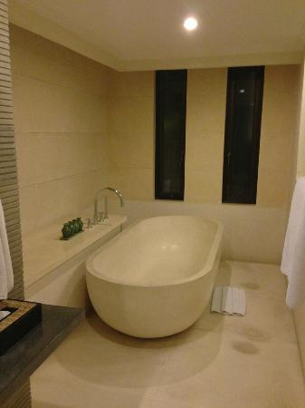 The Khayangan Villas: bathtub