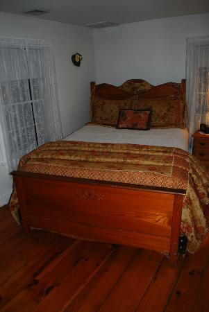 Old Orchard Beach Inn : Bed in room 9