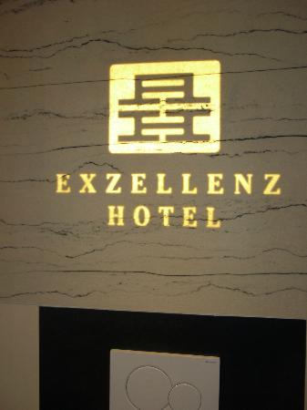 Exzellenz Hotel: exzellente Beleuchtung im Bad