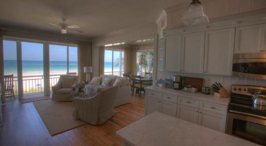 Mainsail Beach Inn: Living Room