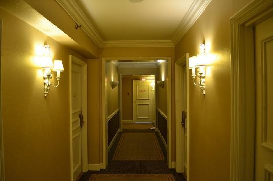 Sutton Place Hotel Vancouver: Leading to room.