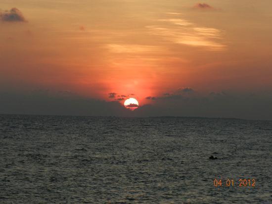 Kuramathi Island Resort: вид из номера вечером