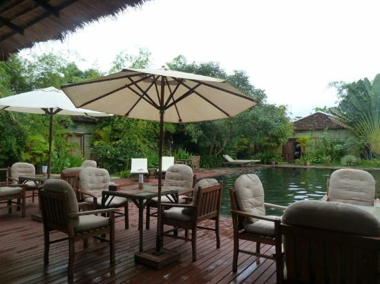 Phka Villa: pool & restaurant area