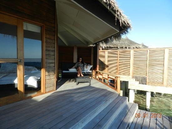 Kuramathi Island Resort: терраса бунгало