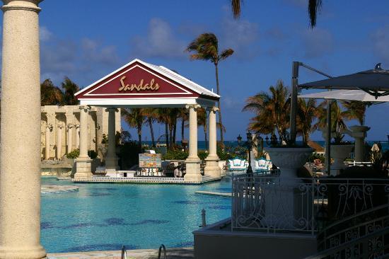 Sandals Royal Bahamian Spa Resort & Offshore Island: BALMORAL POOL AND BAR